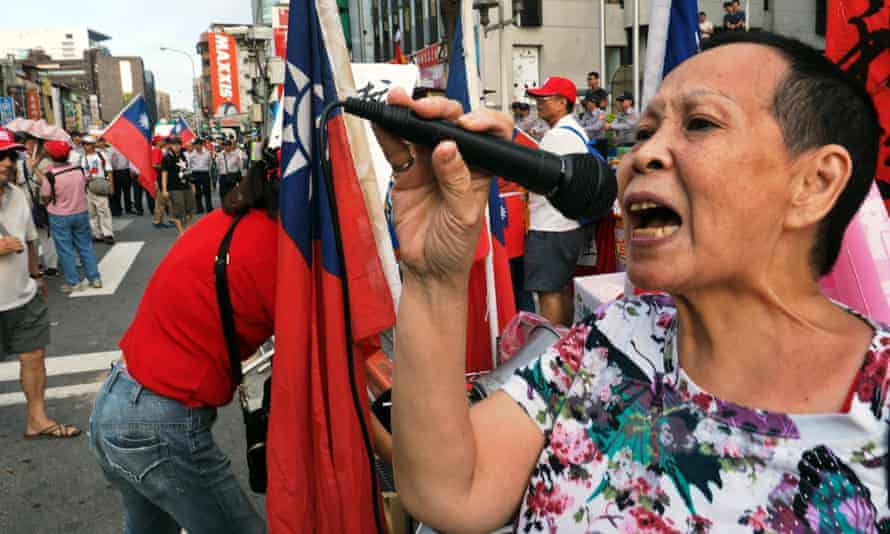 A KMT supporter protests over reports Hung Hsiu-chu may be replaced as presidential candidate.