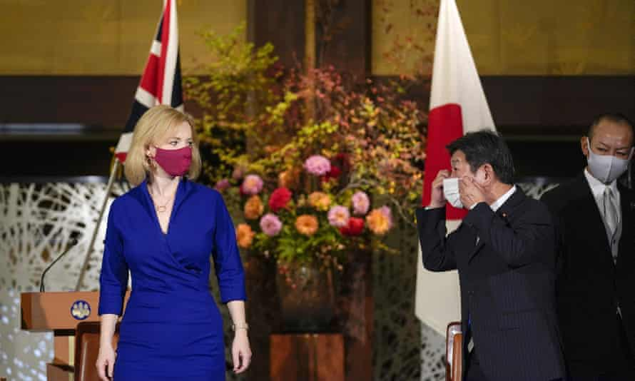 Liz Truss attends a signing ceremony with the Japanese foreign minister, Toshimitsu Motegi, on an economic partnership between Japan and Britain.