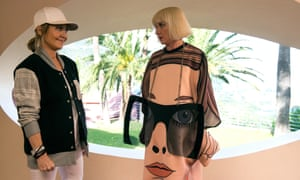 Jane Horrocks in Absolutely Fabulous: The Movie, with Lulu.