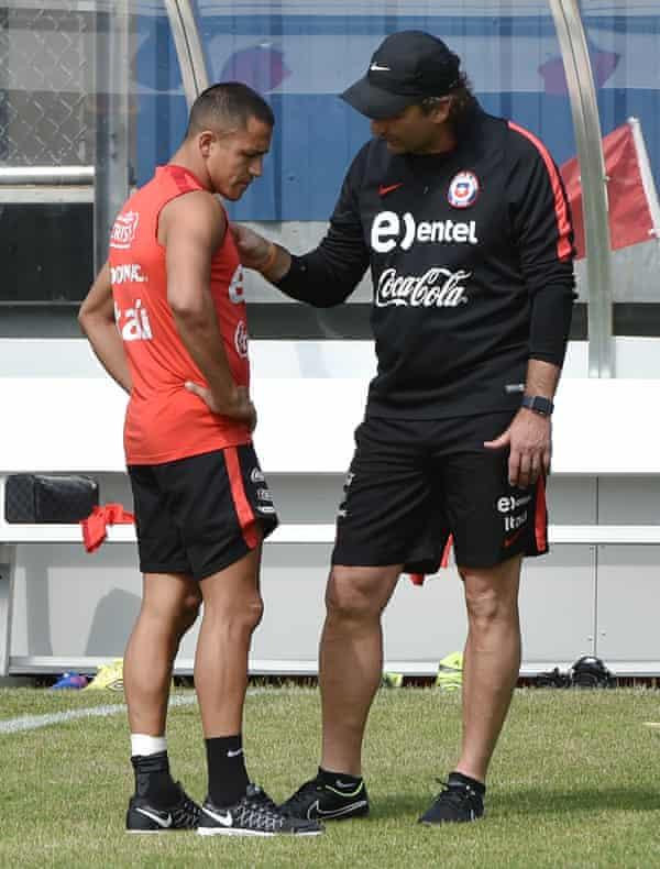 Juan Antonio Pizzi speaks to Alexis Sánchez during Chile training in 2016.
