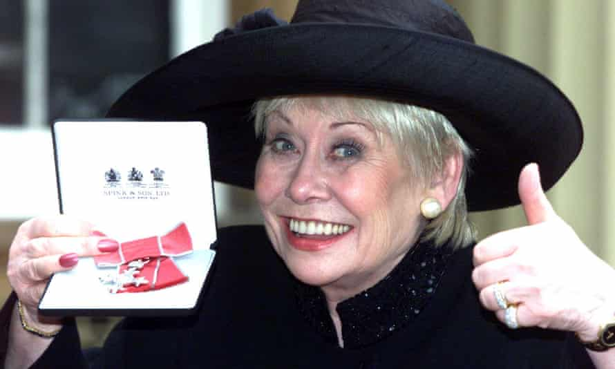 Liz Dawn at Buckingham Palace in 2000 after being awarded an MBE