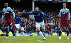 Gylfi Sigurdsson celebrates scoring Everton's second goal to seal their win against West Ham