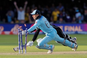 Buttler knocks the bails off the stumps to take the wicket of Guptill in the super over to win the 2019 Cricket World Cup.