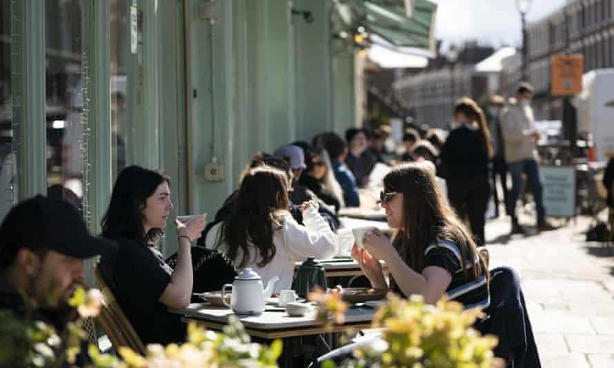 مردم بیرون رستوران نشسته اند