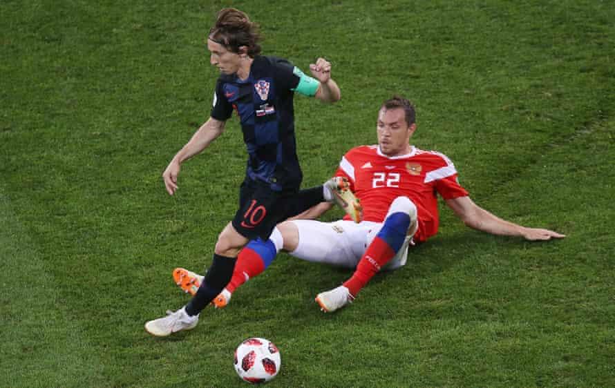 Luka Modric skips away from Russia's Artem Dzyuba.