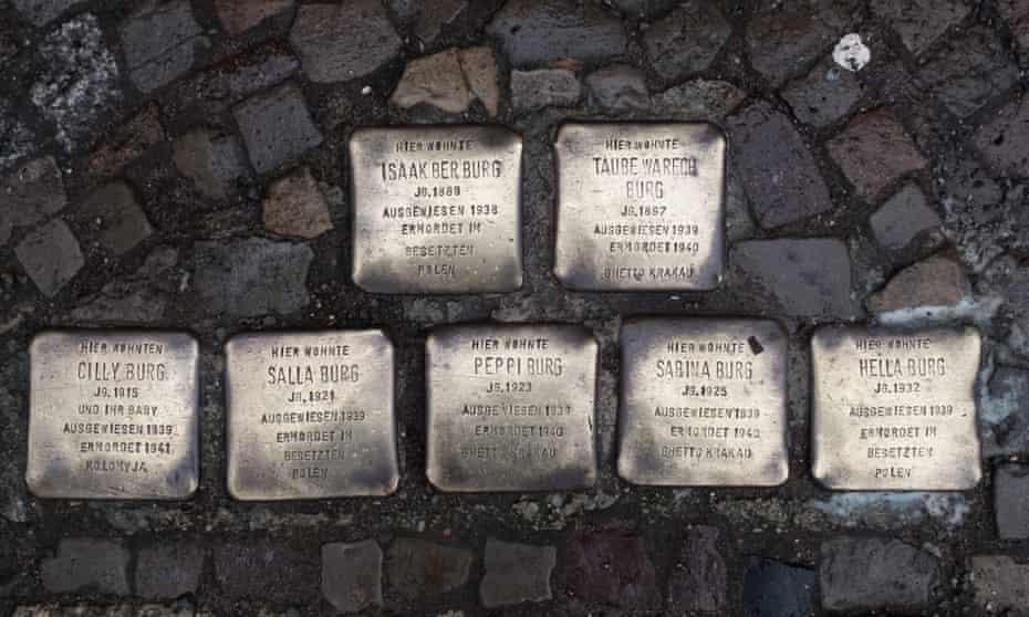 Un joc de Stolpersteine a Berlín que commemora una família.