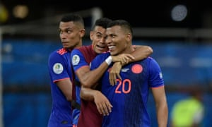 Roger Martinez celebrates with teammates after defeating Argentina 2-0