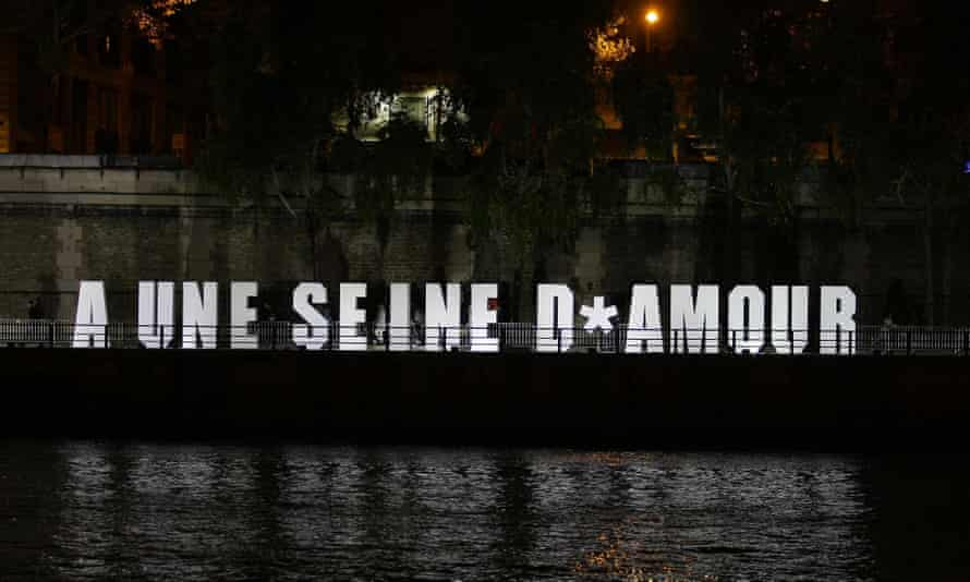 Paris, France. 7th Oct, 2017. An installation by the art collective Invisible Playground Network is displayed along the river Seine in downtown Paris during the Nuit Blanche artistic event, on October 7, 2017.