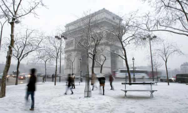 The Arc de Triomphe as snow falls.