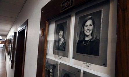 Potret Amy Coney Barrett di Hall of Fame di Rhodes College di Memphis.  Barrett, 48, mengatakan keyakinan agamanya tidak akan 'mendukung pelaksanaan tugas saya sebagai hakim'.
