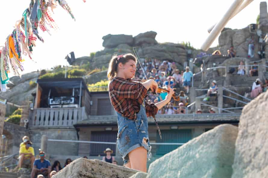 Helena Gullan playing fiddle.