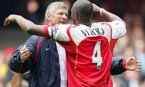 Patrick Vieira embraces Wenger in 2005