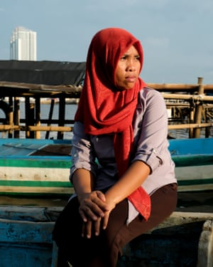 Arti Astati - she often used to collect green mussels among other fish. Cities: Jakarta kampung