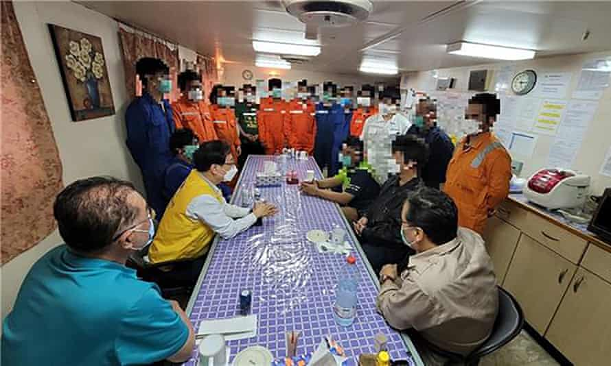 مسؤول كوري جنوبي (يرتدي سترة صفراء) يلتقي بأعضاء طاقم Hankuk Chemi.