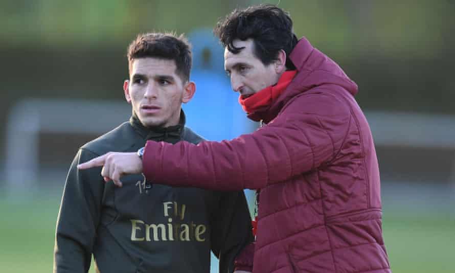 Unai Emery makes a point to Lucas Torreira