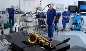 Scientific experiments on singers and brass players to measure the emission of aerosol particles.
