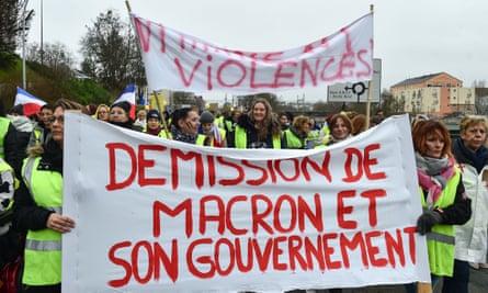 Gilets jaunes calling for Macron's resignation in Le Mans.