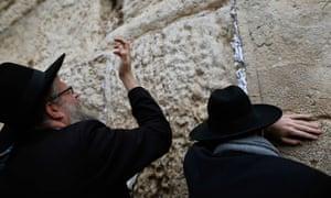 犹太人在耶路撒冷旧城的西墙祈祷。