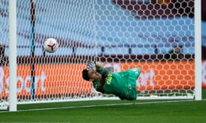 Can Emiliano Martínez win his battle of the keepers against his old adversary for the Arsenal shirt, Bernd Len o?