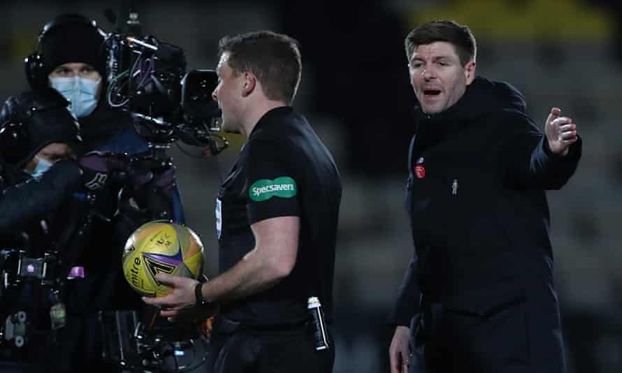 Steven Gerrard remonstrates with the referee John Beaton at half-time during Rangers' 1-0 win at Livingston