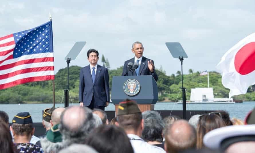 Barack Obama and Shinzō Abe at the Pearl Harbor memorial on 28 December 2016