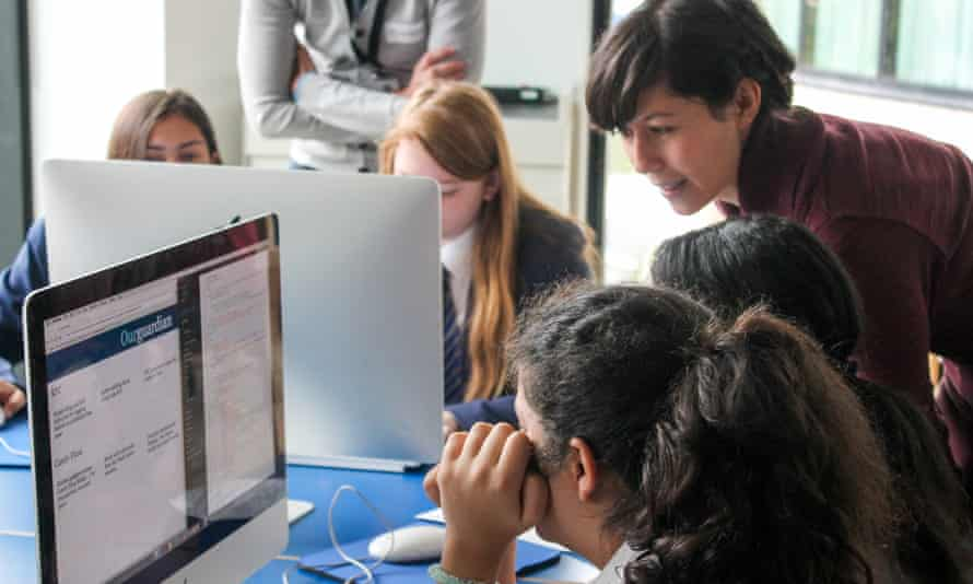 Students customising their front page with help from Natalia
