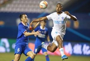 Salomón Rondón in action for Dalian Pro against Shanghai Shenhua in August.