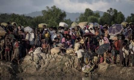 Rohingya refugees wait to cross into Bangladesh.