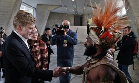 Robert Redford meets Mundiya Kepanga, chief of the Huli tribe in Papua New-Guinea, during the Paris climate conference.