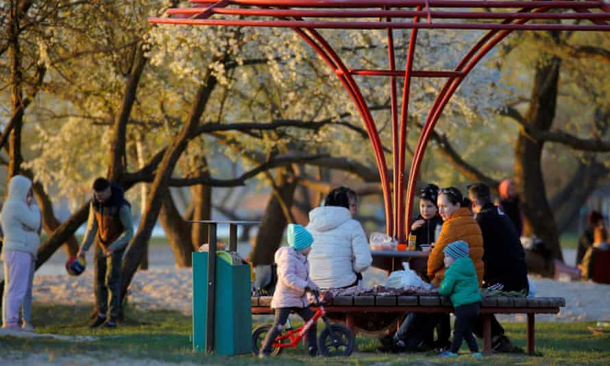 People on the outskirts of Minsk enjoy the good weather