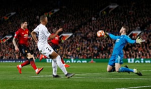 David de Gea stops the shot of Kylian Mbappe.