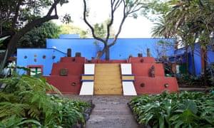 La estructura pyramidal construída en el jardín de La Casa Azul, con una parte del la colección de figuras pre-hispánicas pertenecientes a Diego Rivera