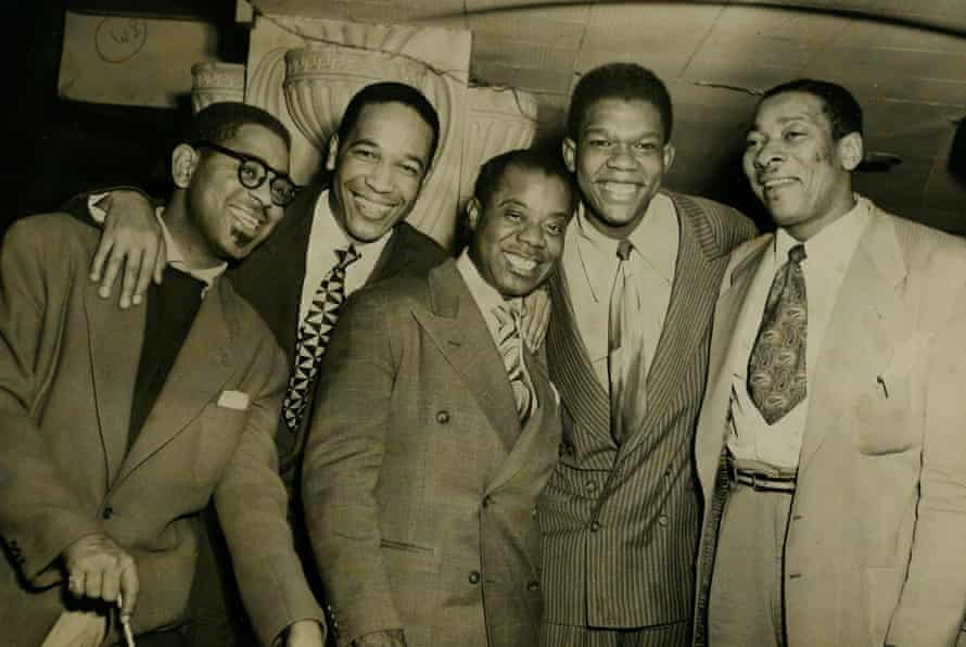 From left to right: Dizzy Gillespie, unidentified, Louis Armstrong, Arvell Shaw and Big Sid Catlett at a nightclub in the late 1940s.