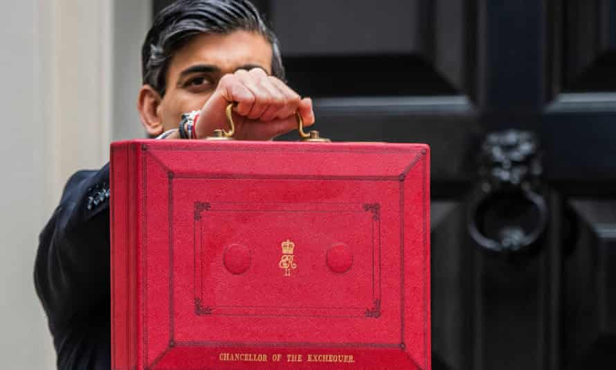 Richi Sunak with the budget briefcase outside No 10