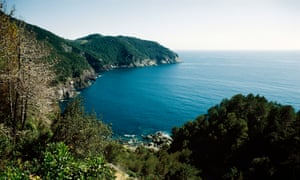 the coast between Framura and Bonassola, with Salto della Lepre in the background.
