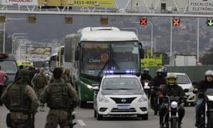 A polícia do Rio escolta um ônibus depois que ele foi apreendido por um homem armado na terça-feira.