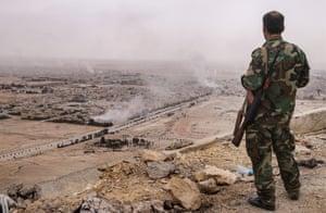 シリア政府軍の兵士がFakhrアルディンアルMaaniシタデルの上からパルミラを見ます