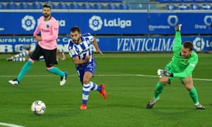 Luis Rioja puts Alavés in front against Barcelona after Barcelona's Brazilian goalkeeper Neto failed to control a back-pass.