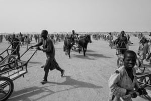 People wait for food distribution by ICRC in Toumour camp, Niger.
