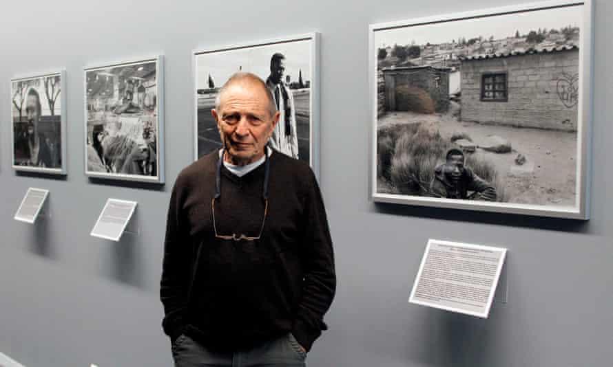 David Goldblatt in 2011 visiting an exhibition of his work at the Henri Cartier-Bresson Foundation in Paris.