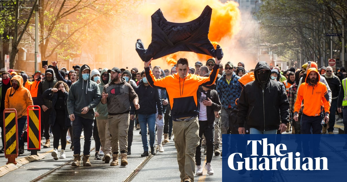 Reporter faces violence as construction workers protest vaccination mandate in Melbourne – video