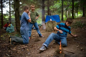 Children learning bush craft for their 24 hour stay in the woods, Darvell, East Sussex