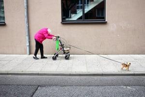 """Winner, Open Street Photography and Winner, Germany National Award: Manuel Armenis""""Old Friends"""" Hamburg, Deutschland, Frühjahr 2017. Die würdevollste Dame der Nachbarschaft, tapfer der Bürde ihres hohen Alters trotzend. Immer stilvoll gekleidet, farbenfroh und guter Laune. Lächelnd, sich niemals beschwerend, wenngleich der Alltag anstrengend für sie ist und eine Herausforderung darstellt. Doch niemals sieht man sie ohne ihren besten Freund – ihren kleinen Hund."""