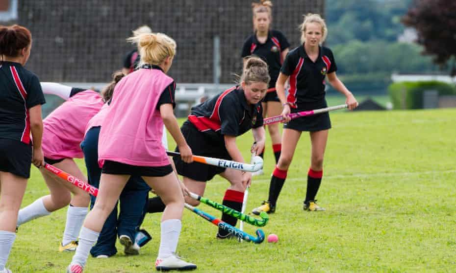 girls on hockey field