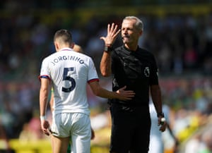 Referee Martin Atkinson shows he's had enough of Chelsea's Jorginho as the Blues win 3-2 away against Norwich City at Carrow Road. Chelsea boss Frank Lampard has lost none of his three managerial meetings with Norwich (W2 D1), winning both of his visits to Carrow Road (also 4-3 with Derby in December 2018) - Mason Mount has been on the scoresheet in both wins.