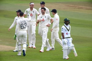 England's Jimmy Anderson (centre) celebrates the wicket of Asad Shafiq.