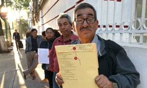 Petitioners line up outside Amlo's offices on Chihuahua Street in Mexico City