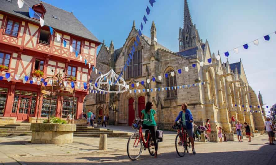 Photographies La Vélodyssée © Aurélie Stapf, photographeLa Vélodyssée, itinéraire véloroute Européen en France (© Aurélie Stapf - photographe) - in front of Basilique Notre Dame du Roncier, Brittany