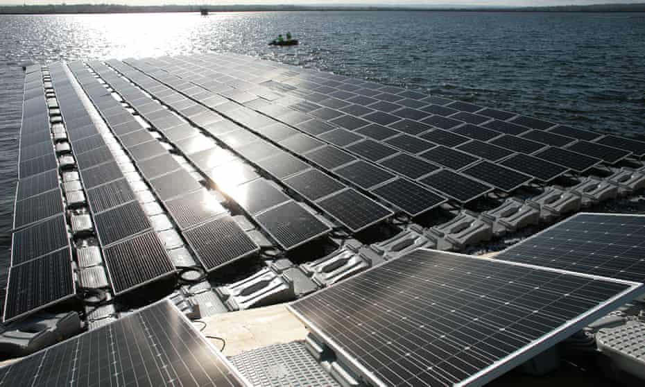 Construction of Europe s largest floating solar panel array on London's Queen Elizabeth II reservoir