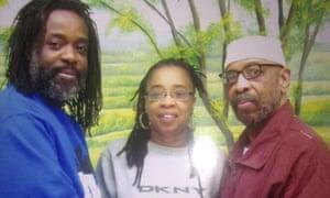 Russell Shoatz III et Sharon Shoatz avec leur père Russell «Maroon» Shoatz après sa libération de la cellule d'isolement dans la population générale à SCI-Graterford.